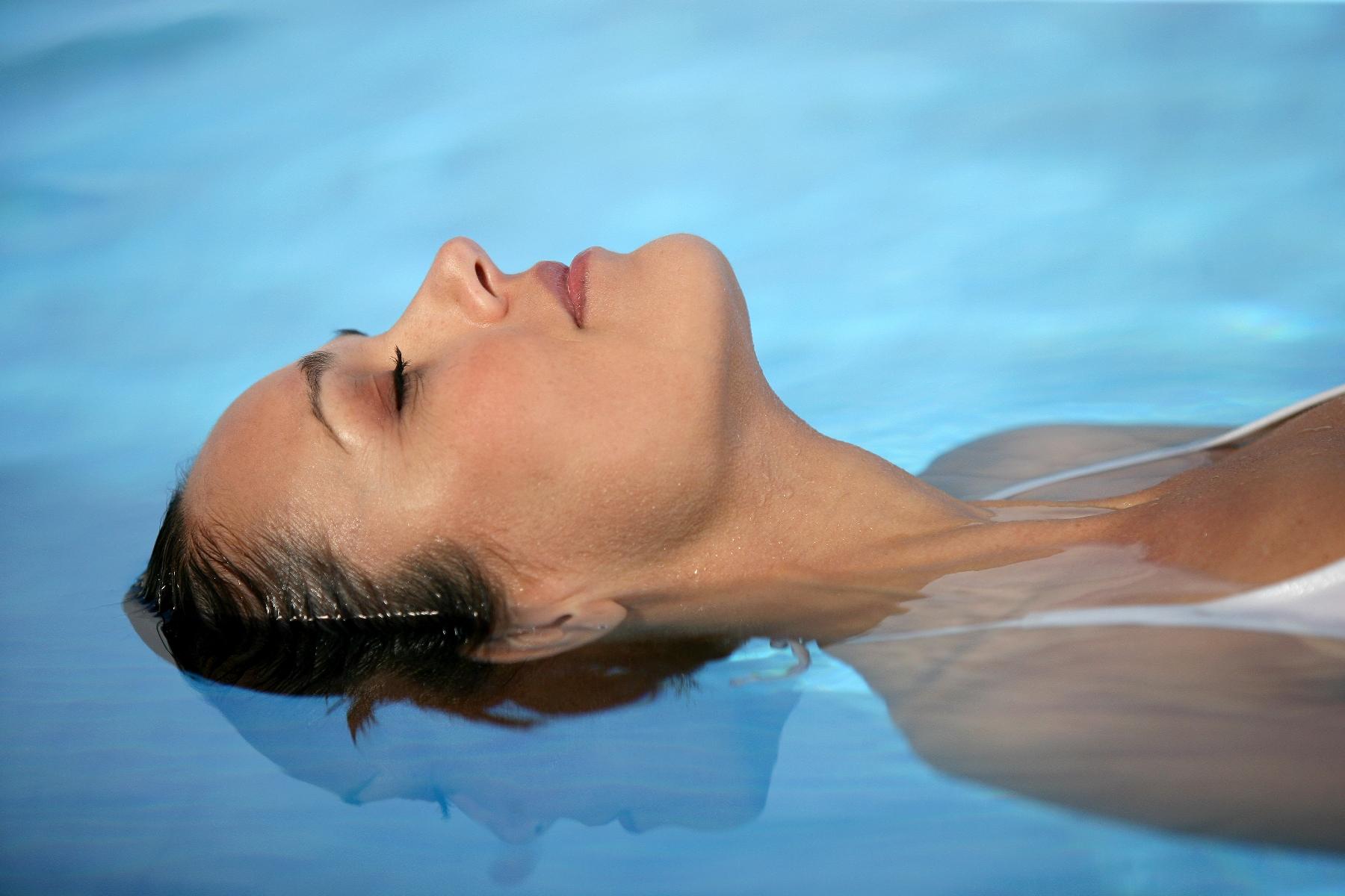 красивый массаж в бассейне - 1
